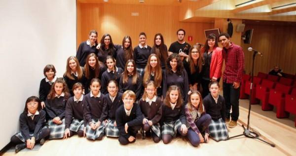 """Fotografía del Coro del Colegio Condes de Aragón en la presentación del vídeo """"Sin límites""""."""